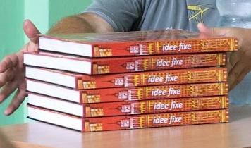 Jeden z autorów, czule tuli podręczniki.